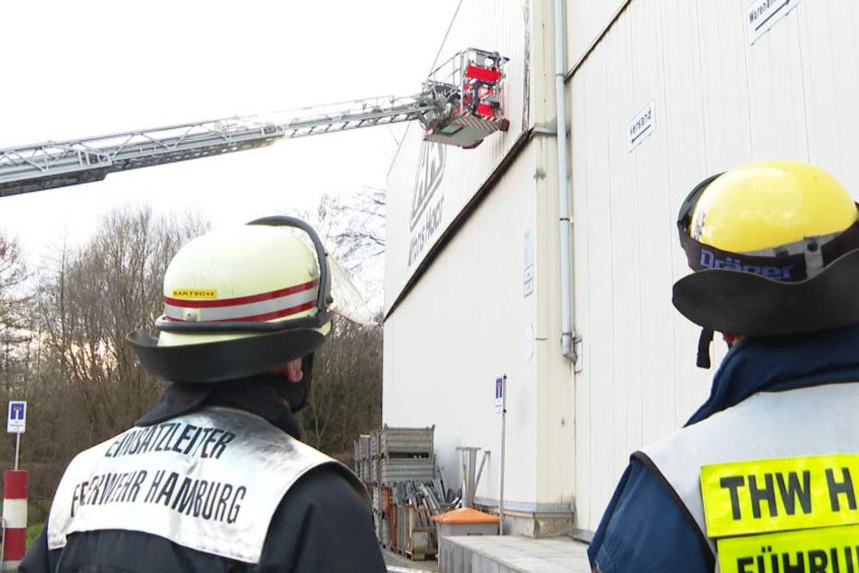 Feuerwehr und THW stützen ein durch den Sturm einsturzgefährdetes Hallenelement in Hamburg ab.