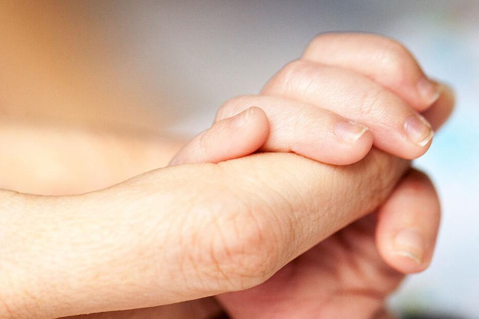 Familie begräbt eigenes totes Kind und findet dabei lebendes Baby