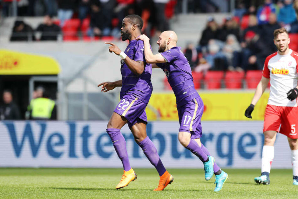 Philipp Riese bejubelt Ridge Munsy nach dem 2:0-Treffer.