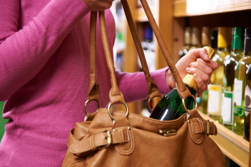 Ein Ladendetektiv beobachtete ein diebisches Duo dabei, wie sie Lebensmittel und Getränke einsteckten, ohne diese vorher bezahlt zu haben. (Symbolbild)