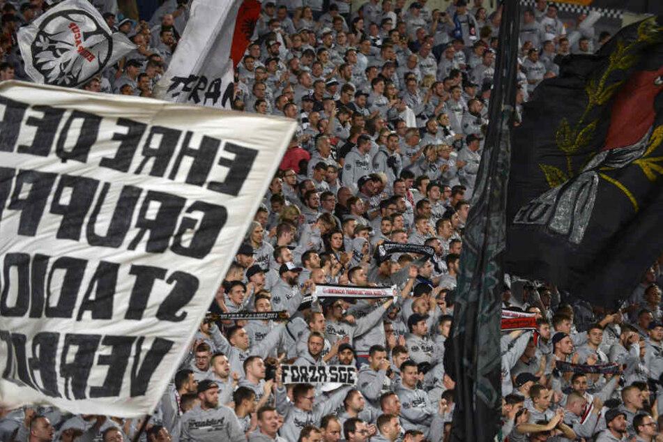 Ganz in grau: Rund 5000 Fans feuerten ihre Mannschaft in Nikosia an.