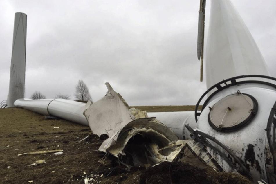 Warum das knapp 100 Meter hohe Windrat umkippte, ist noch unklar.