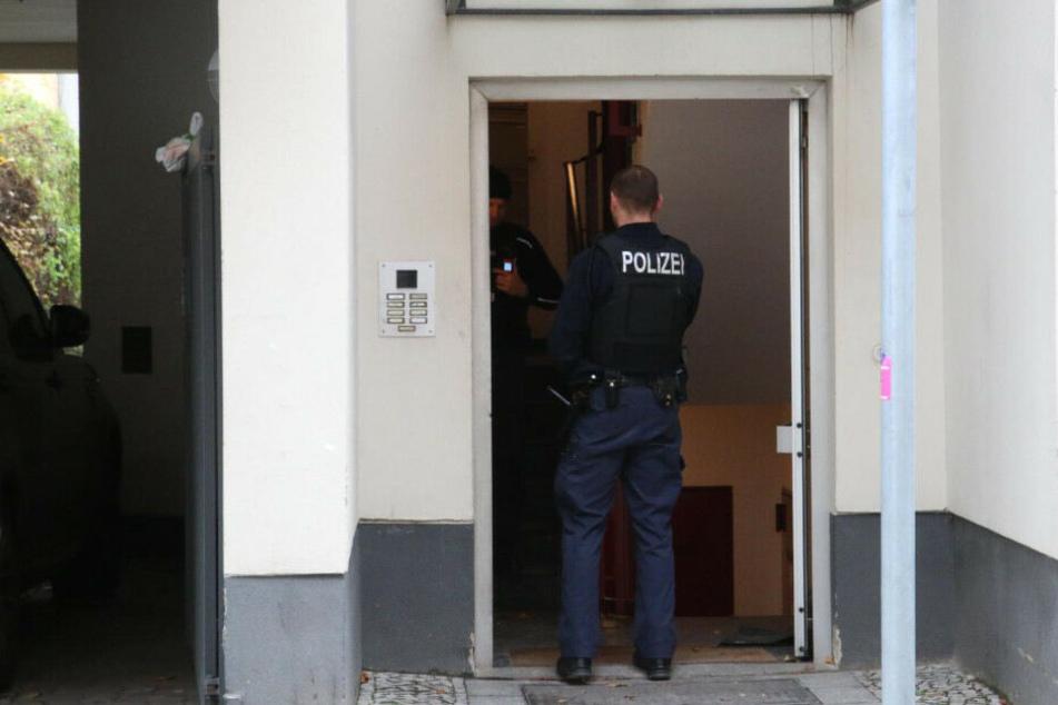 Polizisten am Hauseingang.