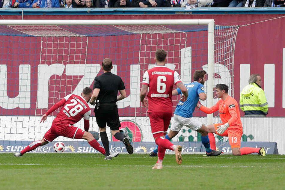 Rostocks Marco Königs (Zweiter von rechts) dreht jubelnd nach seinem 1:1 ab.