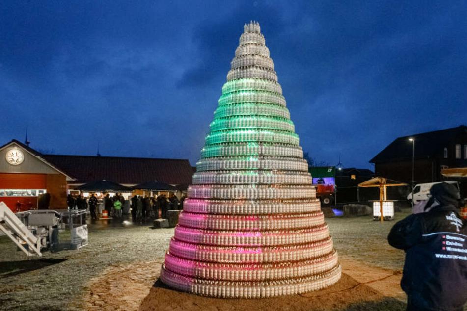 Der Weihnachtsbaum besteht aus 5038 Kornflaschen.