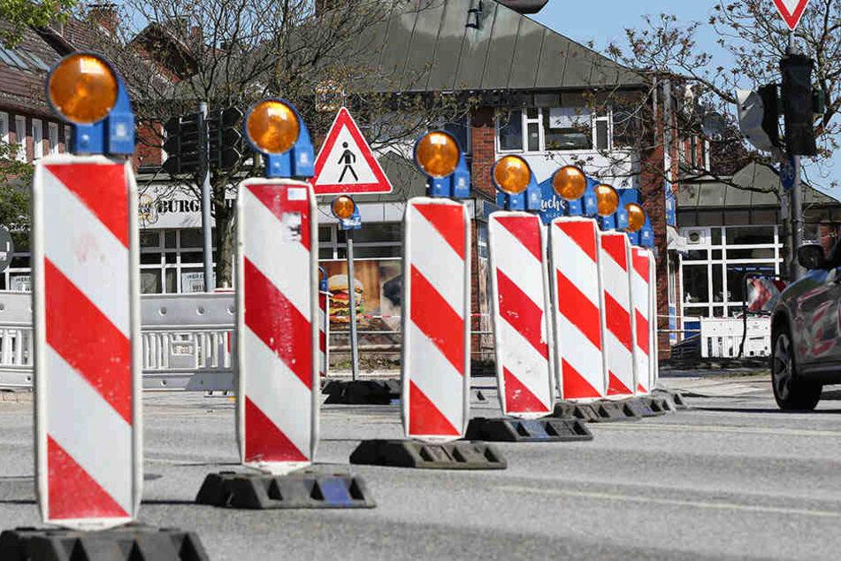 Die Straße muss großräumig umfahren werden. (Symbolbild)