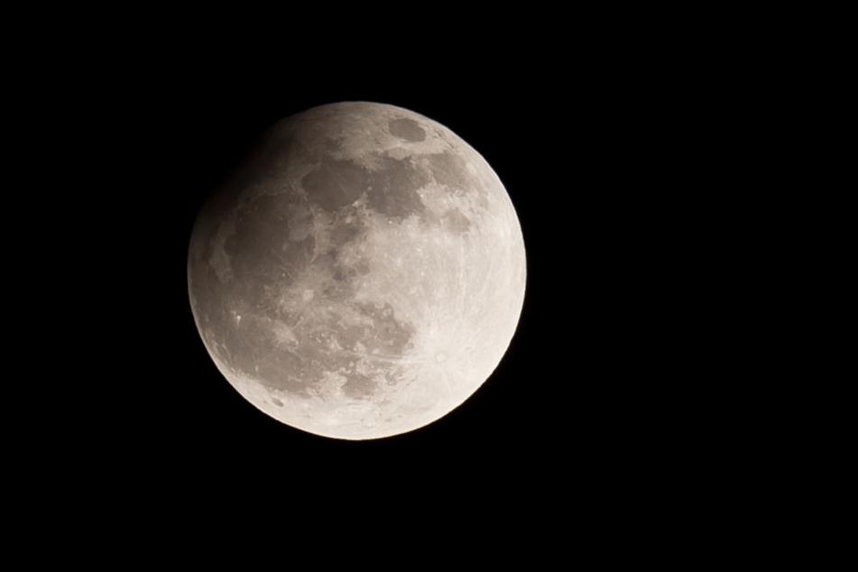 Diese partielle Mondfinisternis war am 25.04.2013 über Nürnberg (Bayern) zu beobachten.