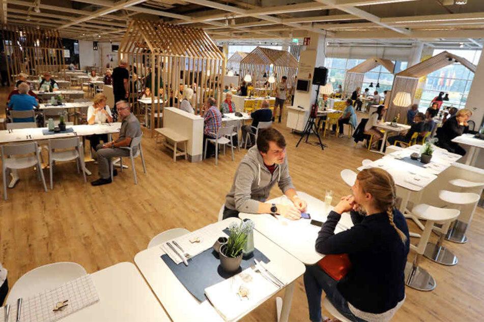 Der Restaurantbereich ist geräumig und stilvoll. Kleine Holzhäuschen, in denen man essen kann, bieten eine gemütliche Atmosphäre.