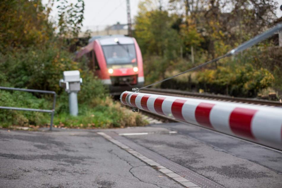 Audifahrer durchbricht Bahnschranke und wendet auf Gleisen