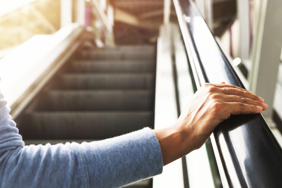 Frau verhaftet, weil sie sich nicht auf der Rolltreppe festhält