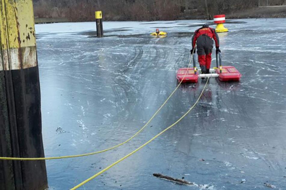 Ein Angler ist am Sonntag auf einem teilweise zugefronen See eingebrochen und dabei gestorben. (Symbolbild)