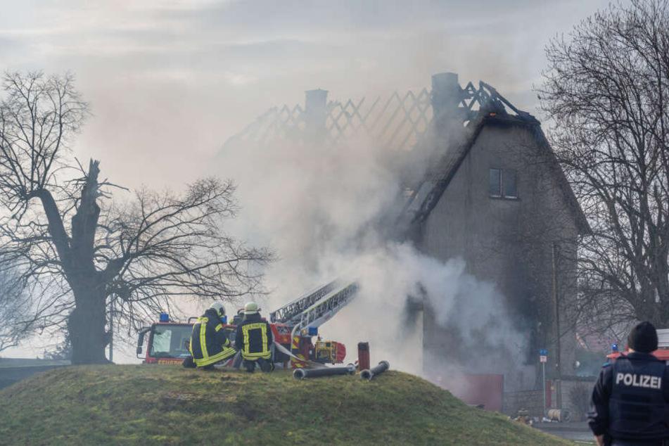 Die Feuerwehr kann nur von außen löschen, denn das Haus ist einsturzgefährdet.