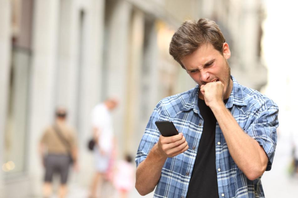 Laut eines Vergleichs von Check24 zahlen Verbraucher in Deutschland durchschnittlich 23 Euro pro Monat für den Handyvertrag (Symbolbild).