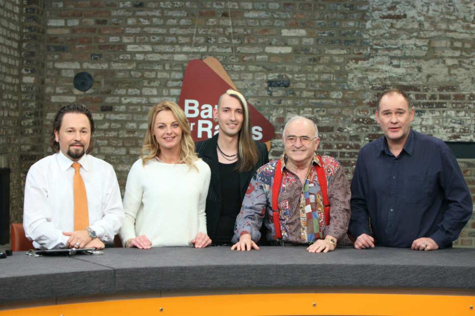"""Er ist von Anfang an Teil des Händlerteams: Fabian Kahl (Mitte) und seine Kollegen der ZDF-Erfolgsshow """"Bares für Rares"""" bescheren dem Sender regelmäßig hohe Einschaltquoten."""