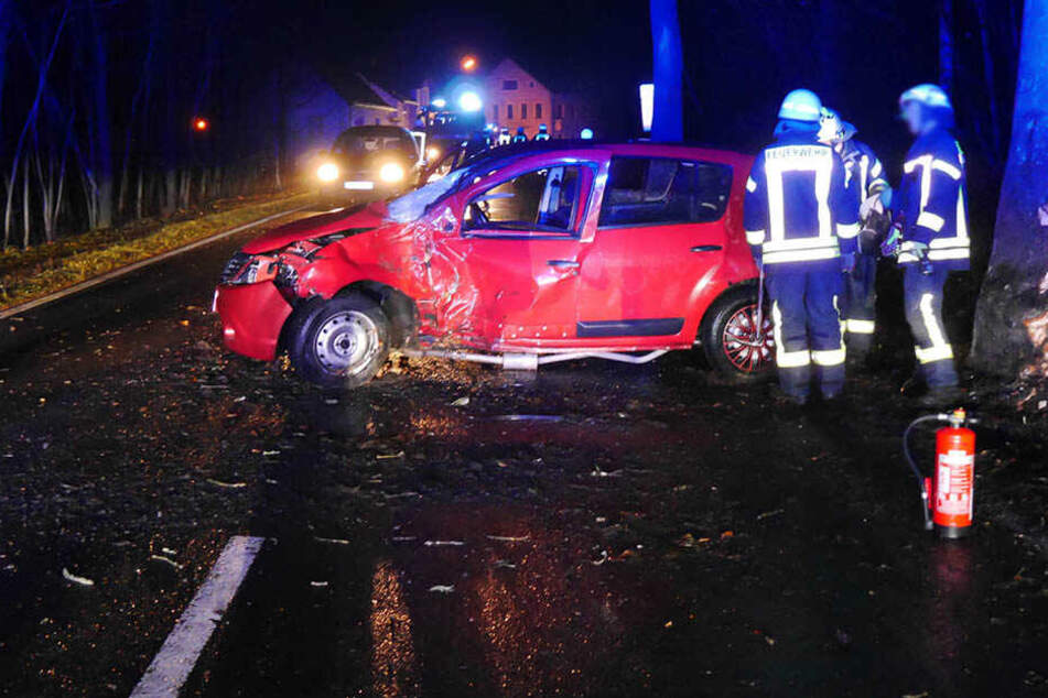 Bundesstraße im Erzgebirge gesperrt: Dacia kracht gegen Baum