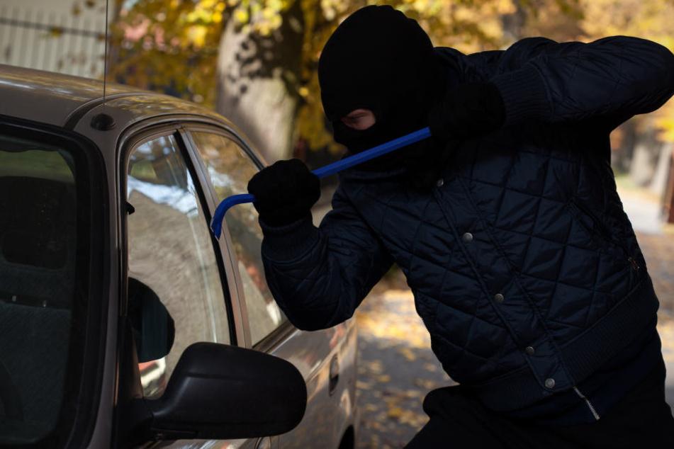 Der Täter nutzte die kurze Abwesenheit der Männer und schlug eine Scheibe des Fahrzeugs ein (Symbolbild).