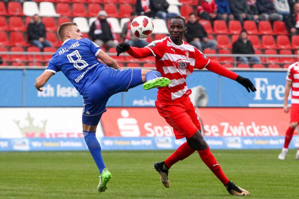 Tarsis Bonga (r., gegen Unterhachings Max Dombrowka) steht bei den Fans in der Kritik.