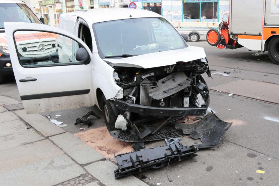 Renault nimmt VW Vorfahrt: Mann in Fahrzeug eingeklemmt und schwer verletzt