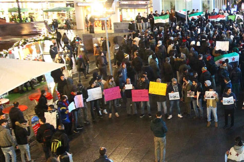 Etwa 350 Menschen protestierten in der Prager Straße in Dresden gegen die Zerstörung Aleppos.