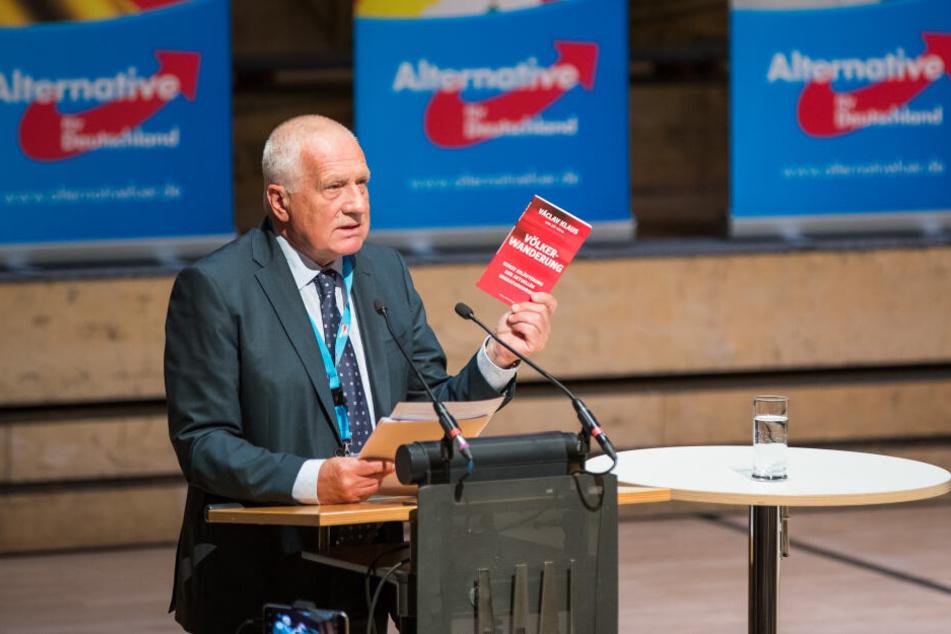 Der ehemalige tschechische Staatspräsident Vaclav Klaus spricht während einer Wahlkampfveranstaltung der AfD Bayern. (Archivbild)