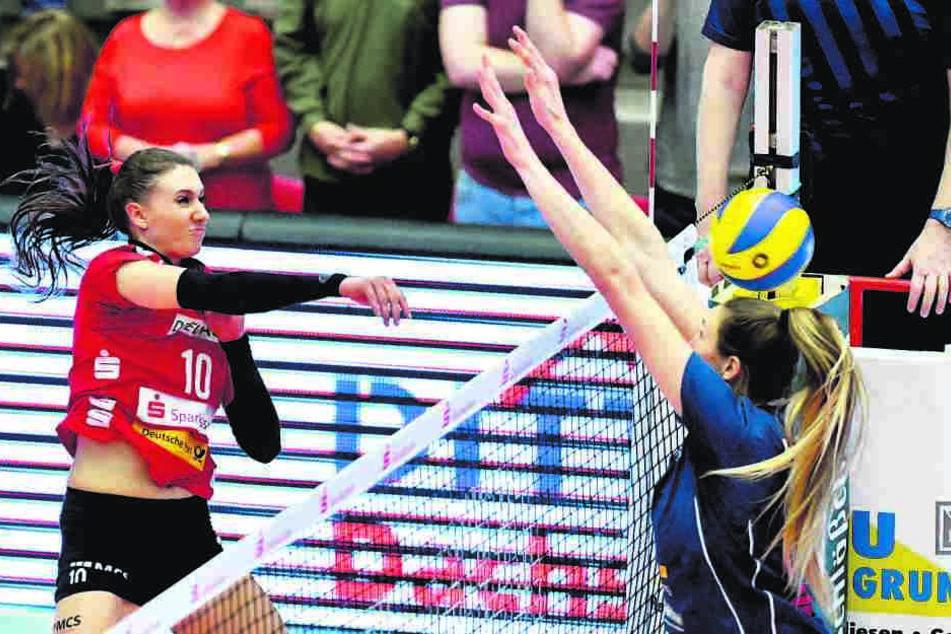 Lena Stigrot schlägt gekonnt gegen Wiesbadens 2,01 m große Jennifer Hamson zu.