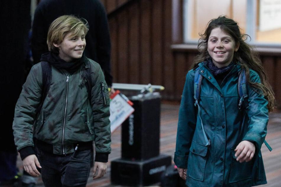 Die jungen Schauspieler Leander und Linda gehen durch den Drehort in der Müllverbrennungsanlage Stapelfeld.
