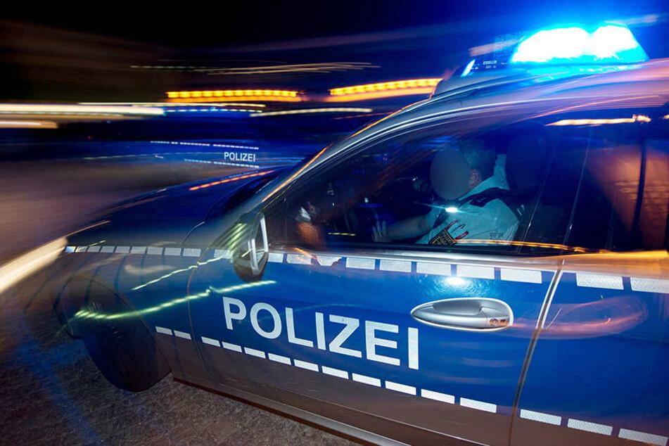 Auf einer Kreuzung krachte der Streifenwagen mit dem BMW zusammen (Symbolbild).