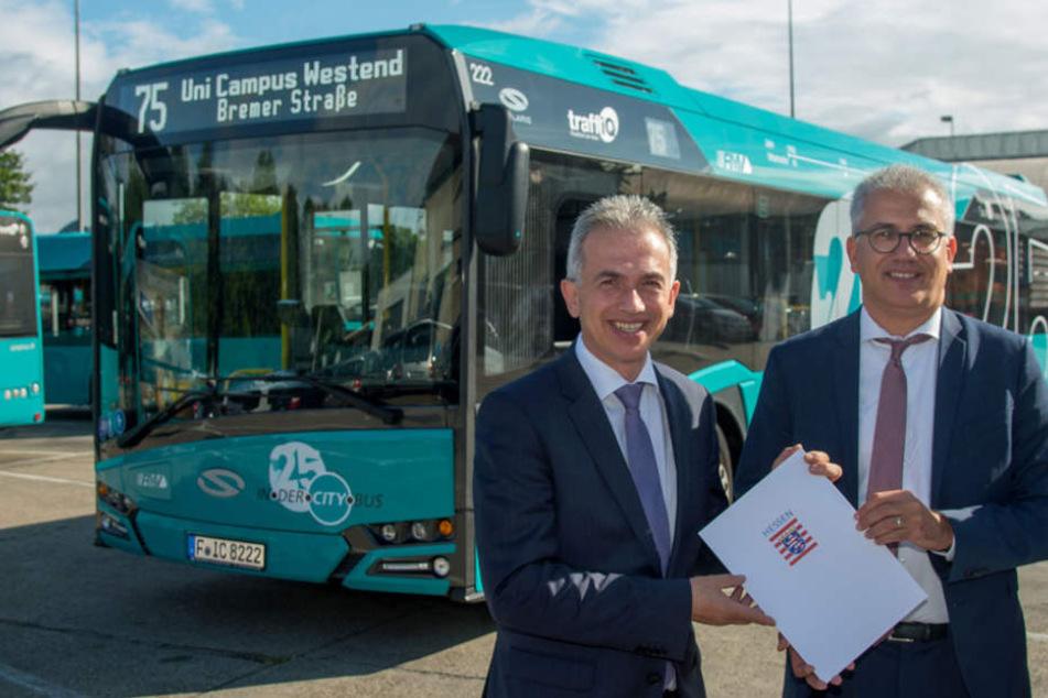 Hier wird der Förderbescheid für die E-Busse überreicht: Peter Feldmann und Tarek Al-Wazir