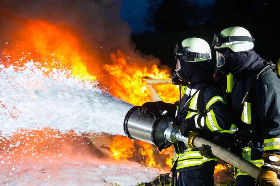 Die Einsatzkräfte der Feuerwehr hatten es mit einem wahren Flammen-Inferno zu tun (Symbolbild).