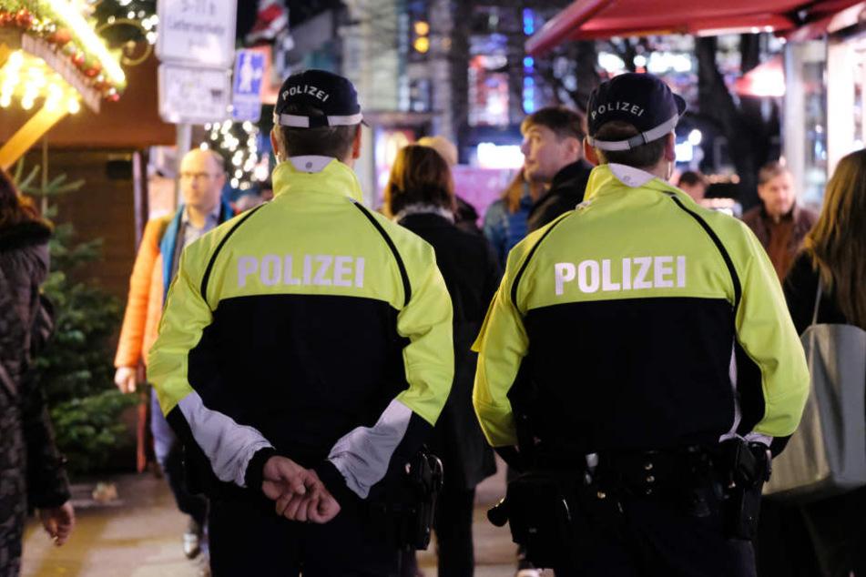"""Polizisten am Tag der Eröffnung des Leipziger Weihnachtsmarktes 2016. Dieses Jahr soll es zudem """"physische Sperren"""" geben."""