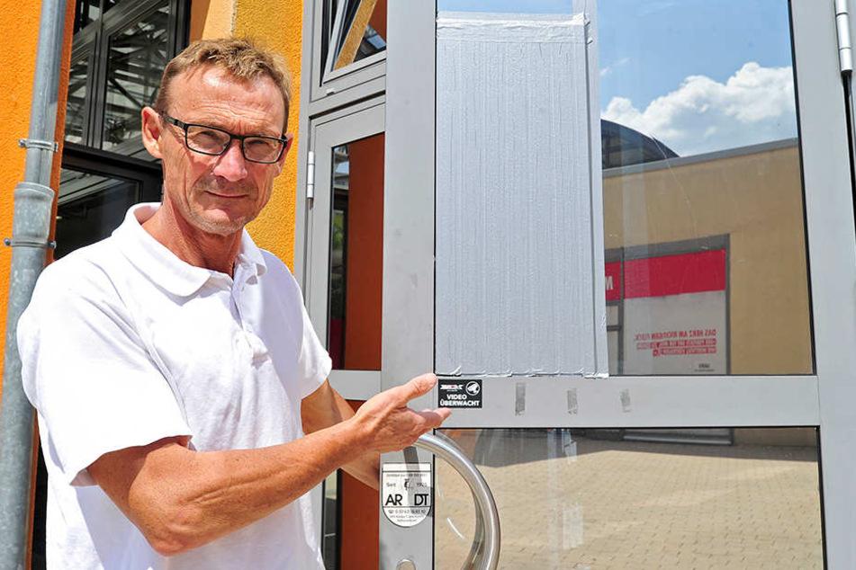 Apotheker Elmar Werner (55) mit einer kaputten Fensterscheibe in seiner Apotheke im Vita-Center.