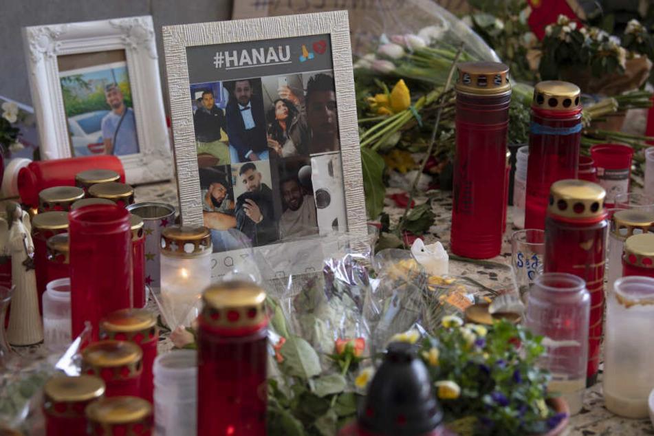 Blumen und Fotos der Opfer erinnern vor dem Kiosk in Hanau-Kesselstadt an die Opfer des Anschlags vom 19. Februar.