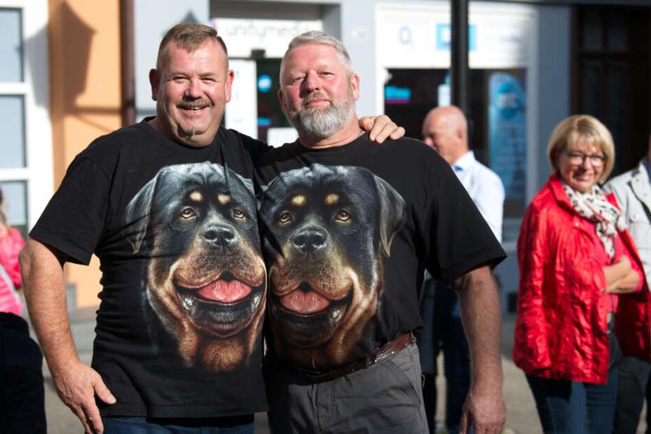 Zwei Rottweiler-Besitzer bei dem Protestzug in Rottweil.