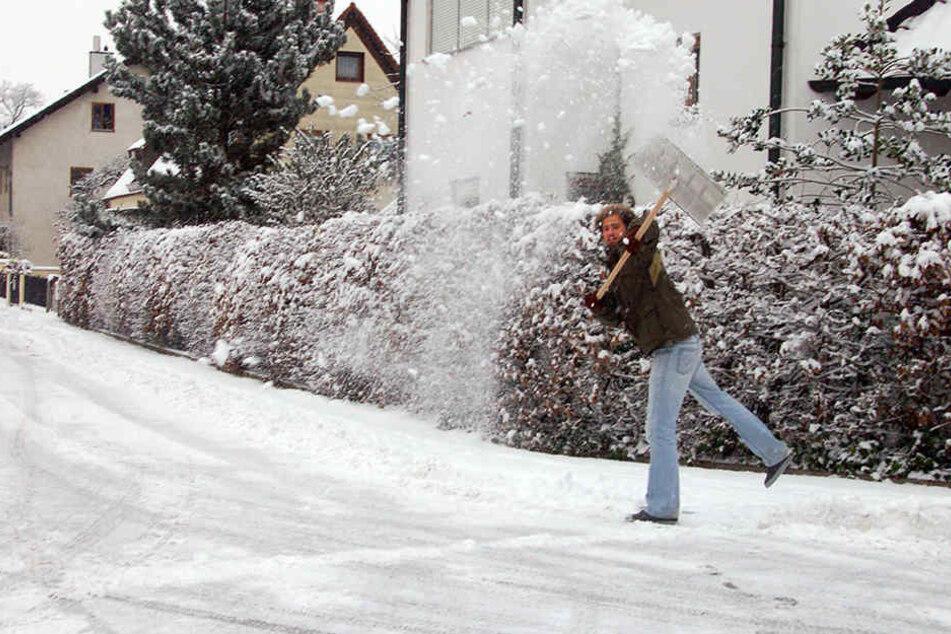Ein Mann attackierte mit seiner Schneeschippe plötzlich einen Autofahrer. (Symbolbild)