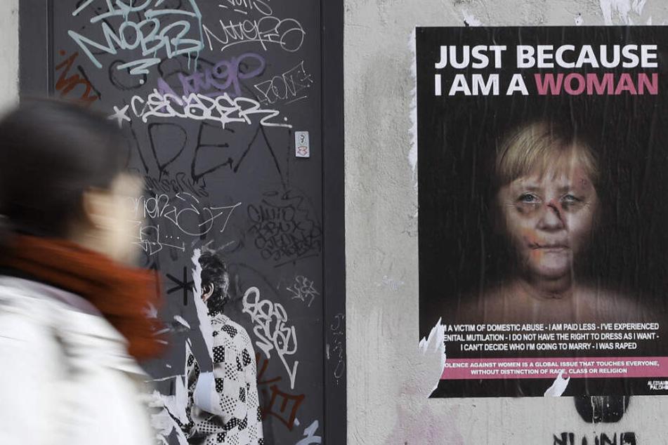 Angela Merkel als Gewaltopfer: Künstler provoziert mit diesen Plakaten
