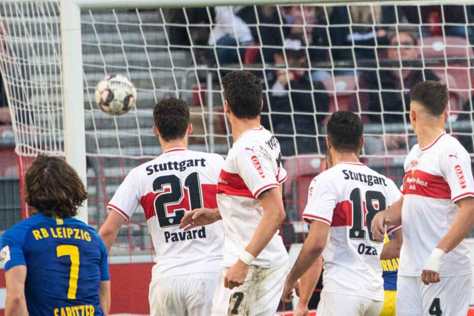 Marcel Sabitzer (l.) trat den Freistoß wunderbar zum zwischenzeitlichen 2:1 ins Tor. Die hochgesprungene Mauer kann nur fassungslos hinterher schauen.