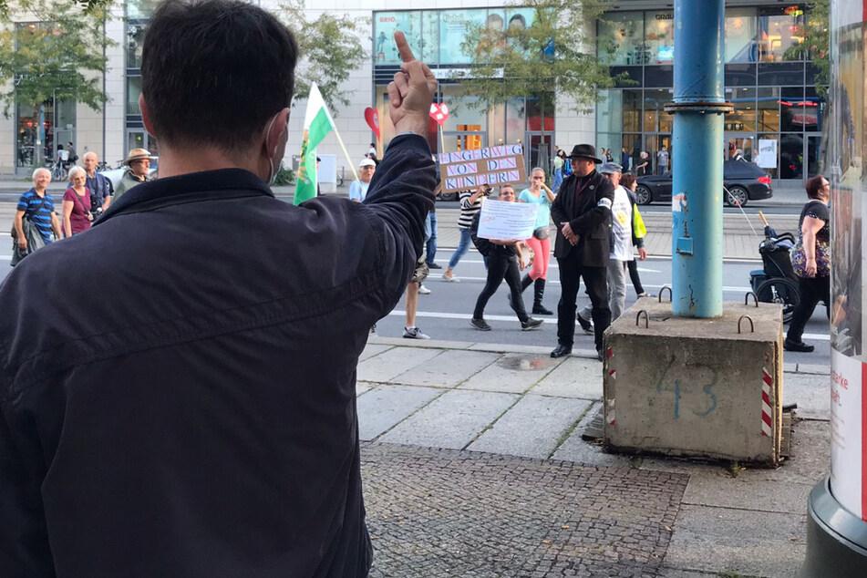 Von Anwalt Jens Lorek (56) wurde ein Protestierender angezeigt, der der den Mittelfinger zeigte.
