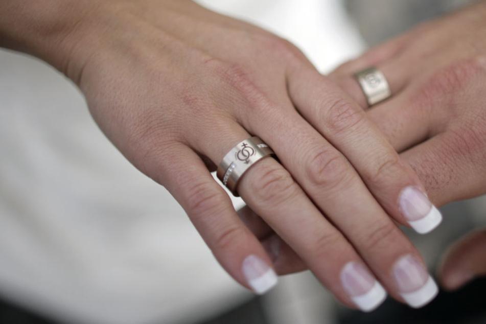 In der Hochzeitsnacht: Polizei wird wegen streitendem Ehepaar alarmiert. (Symbolbild)