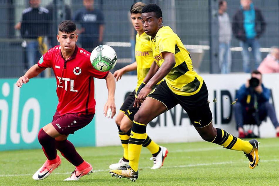 Youssoufa Moukoko (r.) spielte bereits vor knapp zwei Jahren für die U17 des BVB. Auf diesem Foto ist er zwölf Jahre jung.