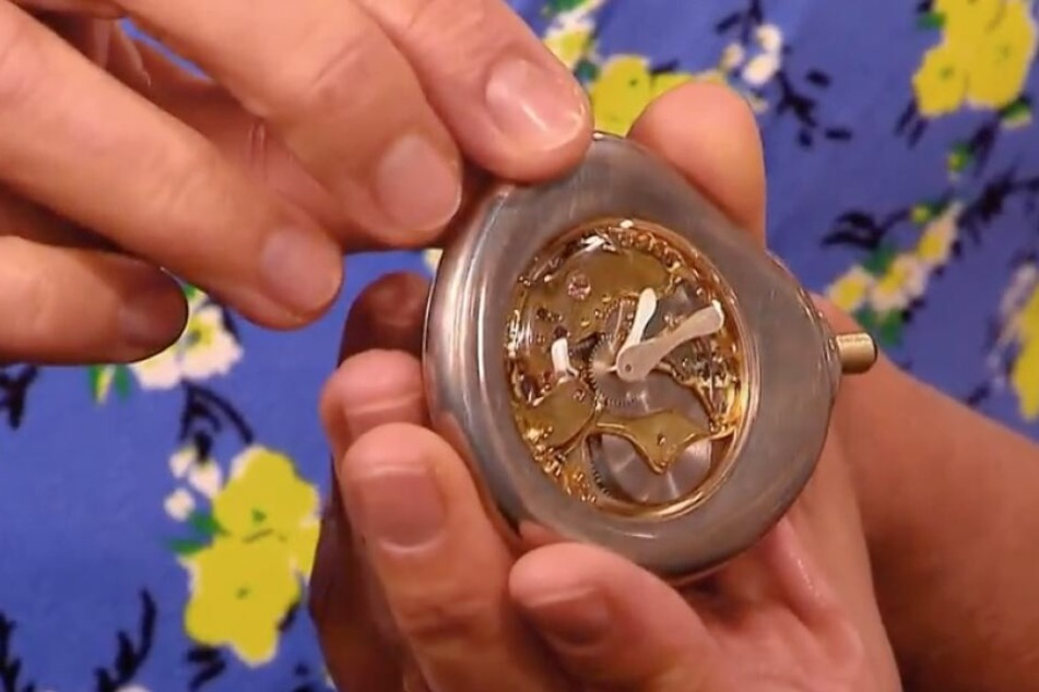 Die Uhr zeigt mit Phantasie die Umrisse eines Busens.