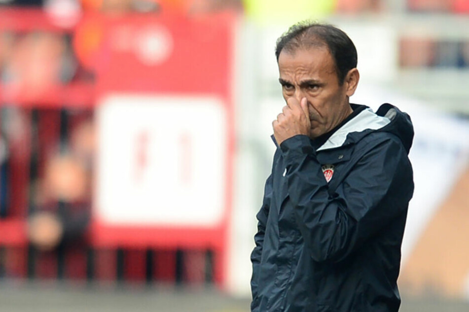 Trainer Jos Luhukay bastelt immer wieder an seiner Startelf herum.