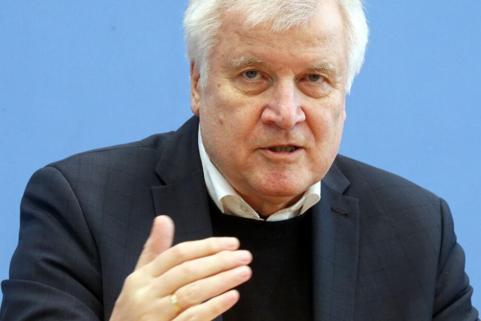 Bundesinnenminister Horst Seehofer äußert sich vor der Bundespressekonferenz zu weiteren Entwicklungen nach dem mutmaßlich rechtsradikalen Anschlag in Hanau.