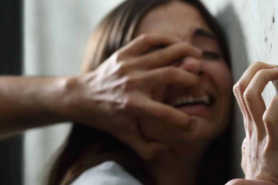 Die junge Frau wurde in den frühen Morgenstunden des Sonntags in einem Hinterhof attackiert (Symbolbild).