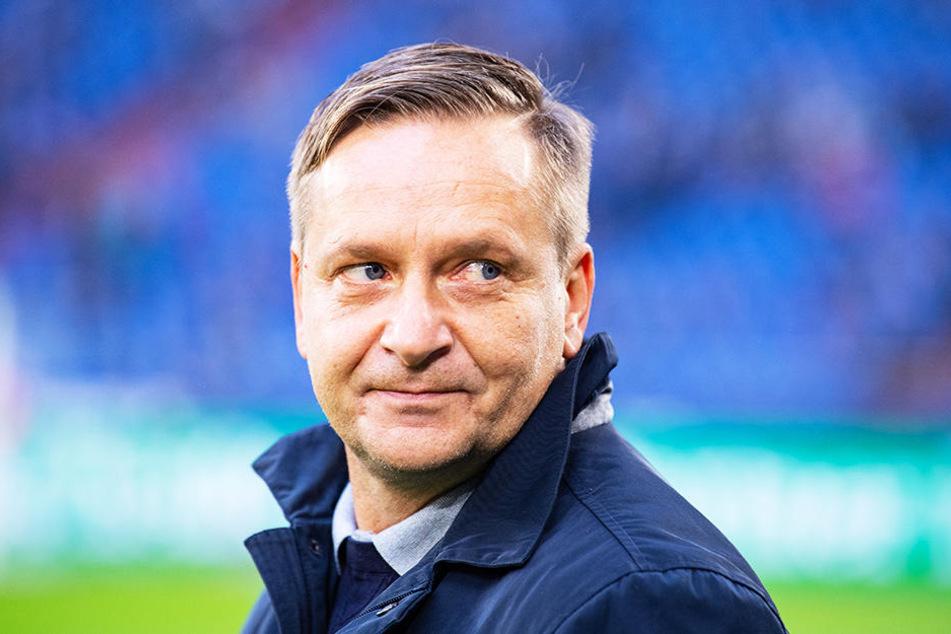 H96-Sportchef Horst Heldt ließ seiner Wut über das fehlende Eingreifen des Video-Assistenten freien Lauf.
