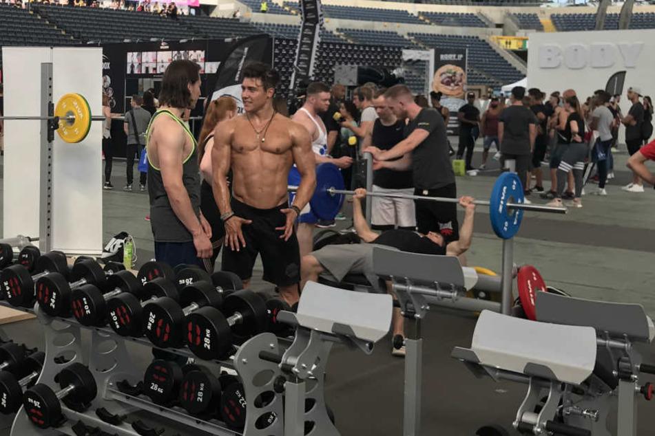 Muskeln über Muskeln. Im Innenraum der Commerzbank Arena konnten die Besucher fleißig ihre Muckis stählen.