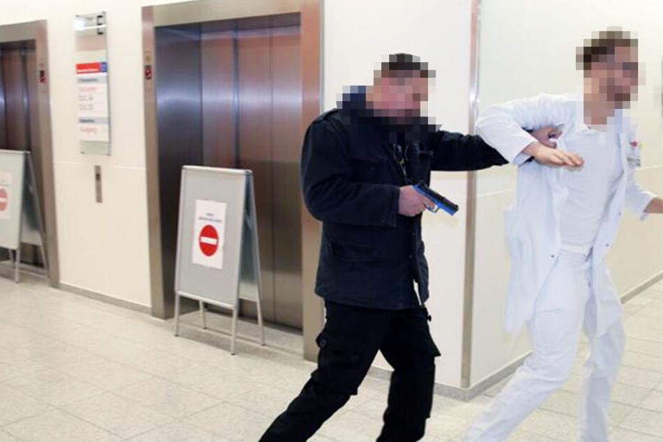 Hier stürmt der vermeintliche Terrorist die Notaufnahme und hält einen Arzt gefangen.