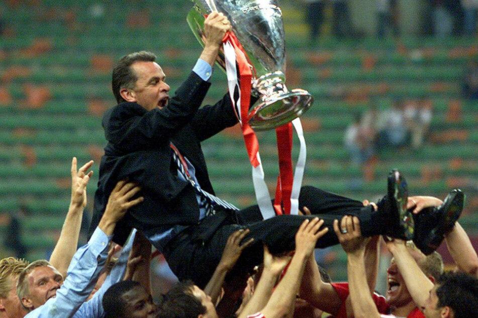 Und auch diese Szene hielt Niedringhaus fest: Ottmar Hitzfeld wird von den Spielern des FC Bayern gefeiert, nachdem sie 2001 die Champions League geholt haben.