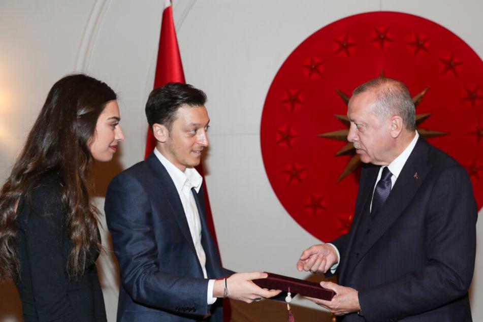 Mesut Özil (Mitte des Bildes) und seine Verlobte Amine Gülse (links im Bild) überreichen dem türkischen Staatspräsidenten Recep Tayyip Erdogan eine Einladungskarte für ihre Hochzeit.