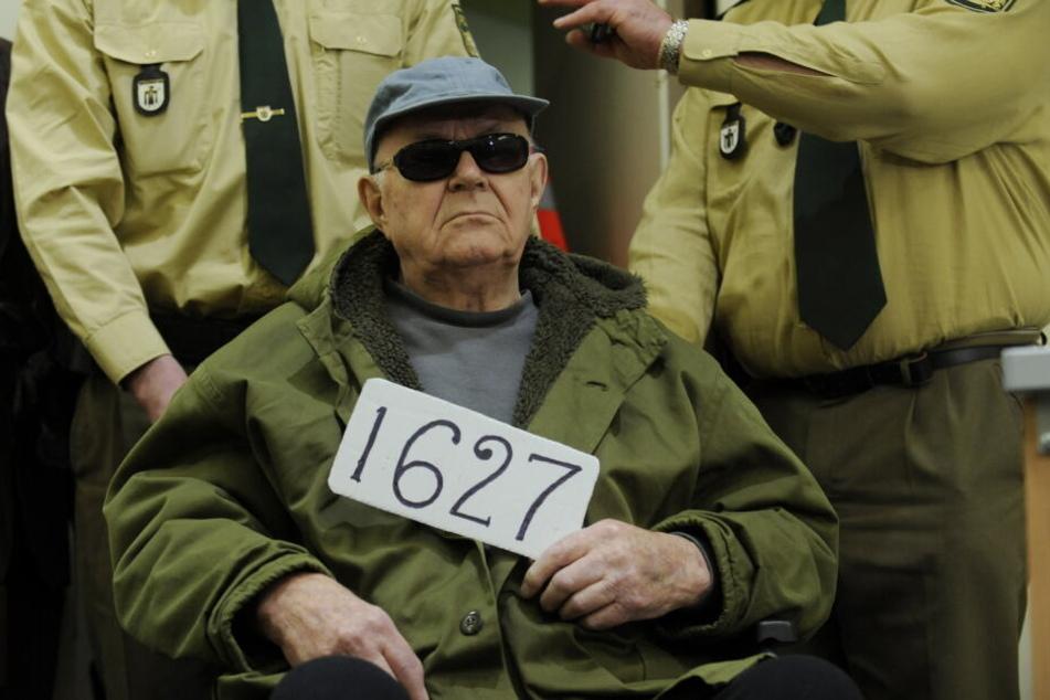 """Der wegen Beihilfe zum Mord angeklagte ehemalige Wächter des deutschen Vernichtungslagers Sobibor, der US-Bürger John """"Iwan"""" Demjanjuk, während einer Verhandlung. (Archivbild)"""