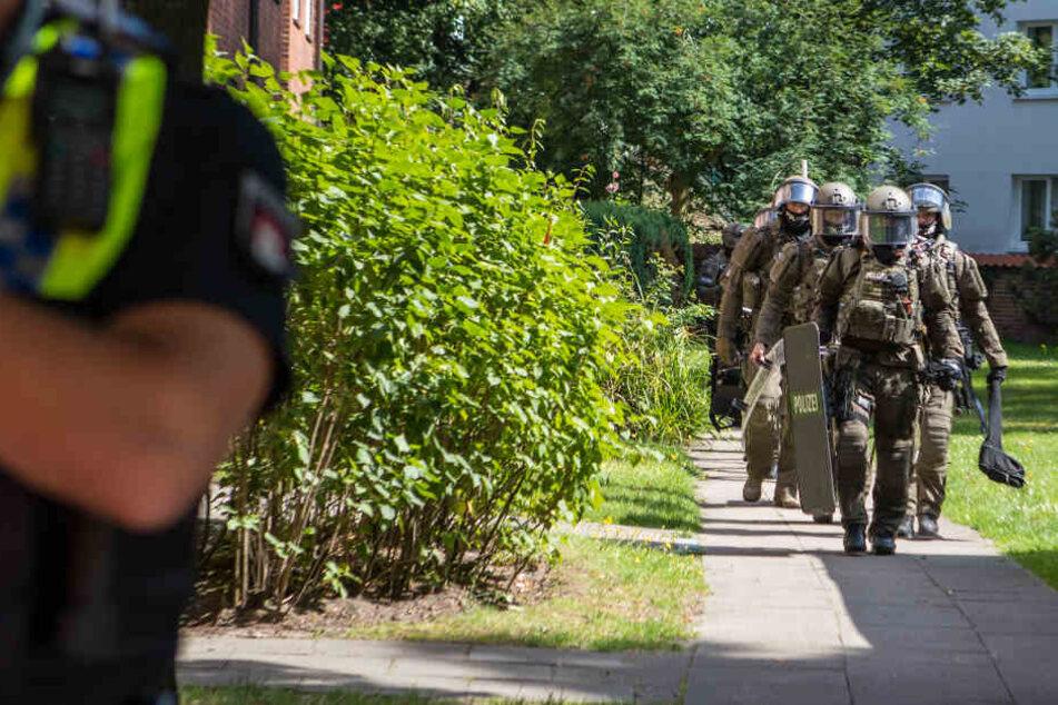 Das Sondereinsatzkommando der Polizei stürmte am Donnerstag eine Wohnung in Barmbek.